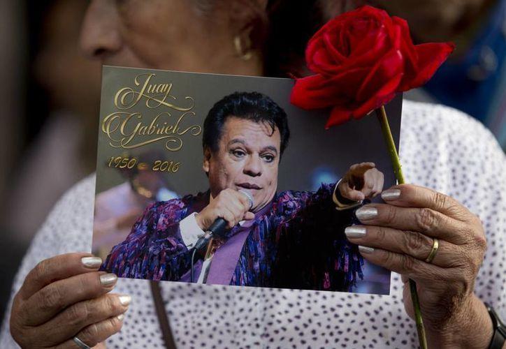 """Juan Gabriel está nominado a álbum del año y álbum favorito de pop/rock, por """"Los dúo 2"""", y artista masculino de pop/rock, dentro de los Latin American Music Awards. (AP)"""