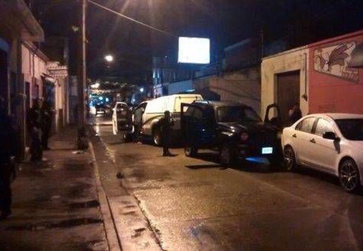 Autoridades en el lugar donde fue asesinado el presidente del comité directivo del PAN en Jilotitlán de los Dolores, Abel Licea Ortega. (Milenio)