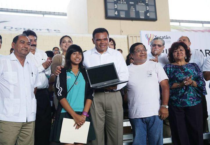 El gobernador Rolando Zapata Bello entregó computadoras a estudiantes de los Colegios de Bachilleres de Xoclán, Chenkú y Caucel. (SIPSE)
