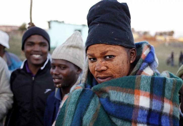 Foto de un muchacho tras ser completada su ceremonia de iniciación cerca de Qunu, Sudáfrica. (Agencias)