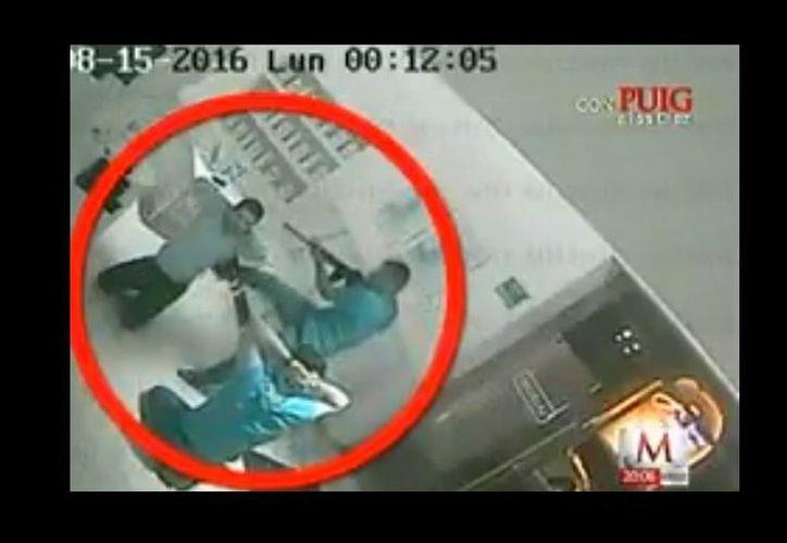 En el video se muestra como uno de los captores patea en las costillas a Iván Archivalo. (Milenio)
