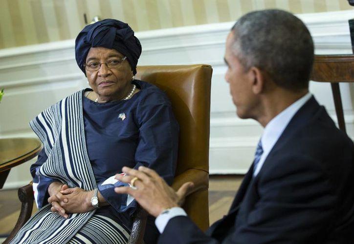 El presidente de EU, Barack Obama, durante su reunión con la mandataria de Liberia, Ellen Johnson Sirleaf, en la Casa Blanca en Washington, el 27 de febrero del 2017 para discutir la respuesa a la crisis del ébola. (Foto: AP)