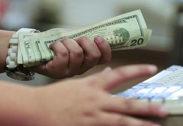 El billete verde se compró en un mínimo de $14.94. (Archivo/Agencias)