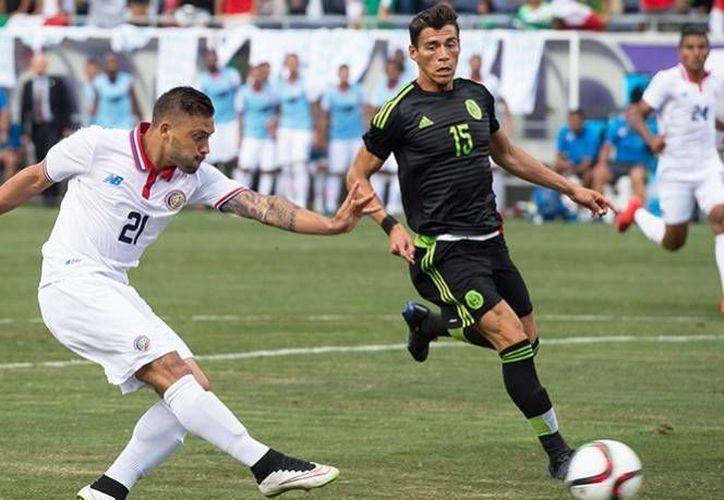 Hector Moreno (der.) sufrió molestias en el pie, el cual había sido operado anteriormente, por lo que su participación en Copa Oro está en duda. (Excelsior)