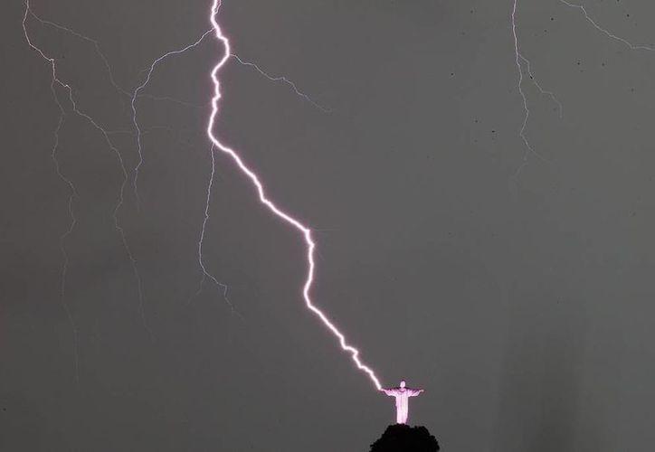 Vista de un rayo que cayó en las manos de la estatua del Cristo Redentor en la ciudad de Río de Janeiro, Brasil. (EFE)