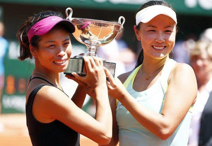 La pareja asiática conformada por Su-Wei Hsieh (i) y Shuai Peng, campeona en Wimbledon en 2013, no dio opción a sus contrincantes italianas. (EFE)