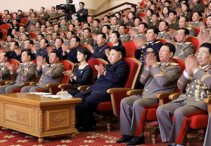 A pesar del 'férreo' sistema político, el Gobierno de Norcorea, encabezado por  Kim Jong-un (centro, a la izquierda de la dama), poco a poco se está abriendo el diálogo entre las coreas, sobre todo para que las personas que tiene pariente en alguno de los dos países se reencuentren. (Efe/Archivo)