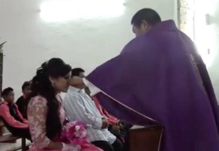 En el video, el Pbro. Manuel Chuc pellizca la nariz y jala las pestañas de la quinceañera. (Imagen: Facebook)