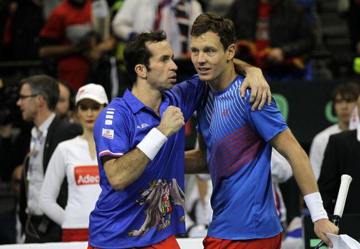Tomas Berdych y Radek Stepanek derrotaron en sets seguidos a los serbios. (Foto: Agencias)