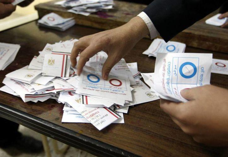 Oficiales egipcios cuentan los sufragios, después del segundo día de votación del referendo por una nueva constitución en El Cairo, Egipto. (EFE)