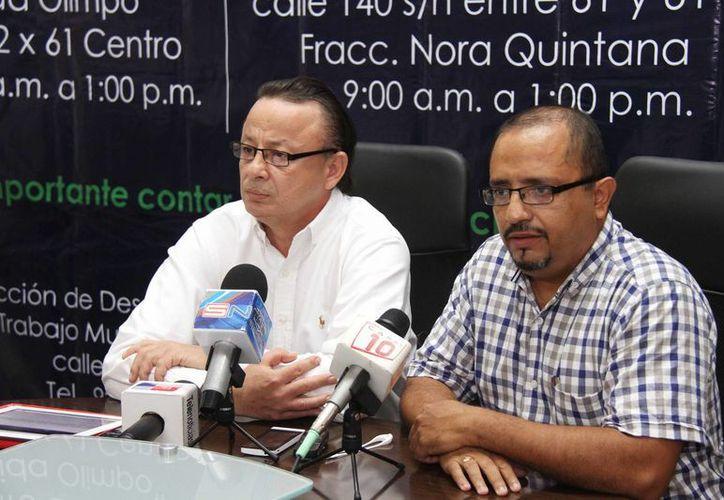 Jorge Humberto Díaz Velázquez, subdirector de Promoción Económica del Ayuntamiento de Mérida, y Roosvelt de la Rosa y Palacios, jefe de la Bolsa Municipal de Trabajo, en conferencia de prensa. (SIPSE)