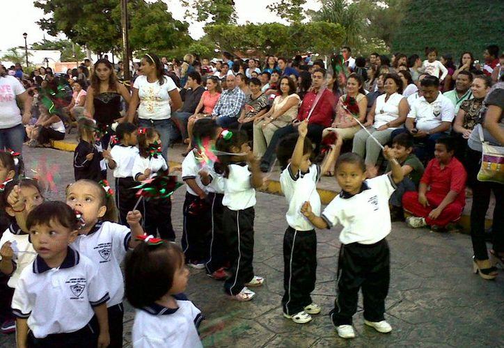 Los pequeños estudiantes hicieran gala de sus habilidades presentando bailables y tablas gimnásticas ensayadas con esmero y anticipación. (Manuel Pool/SIPSE)