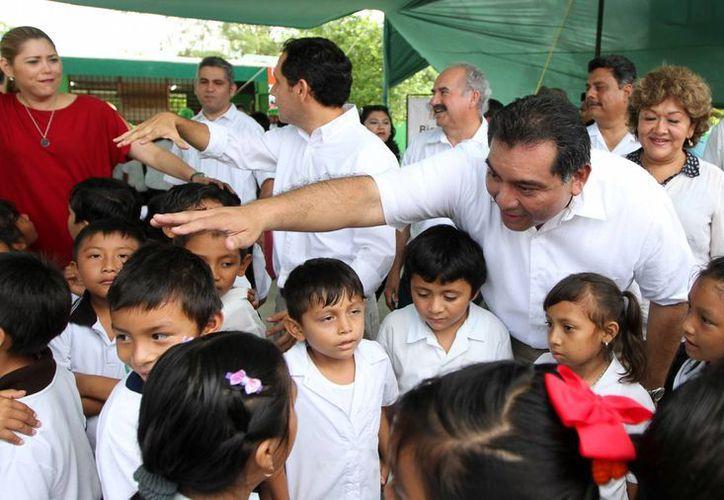 El secretario de Gobierno, Víctor Caballero Durán, saludo a estudiantes de la primaria 'Pedro Henríquez Ureña'. (SIPSE)