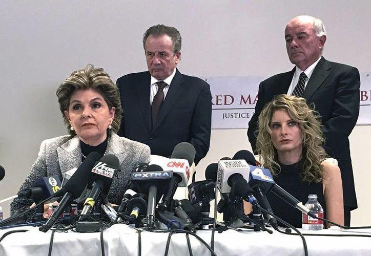 La abogada Gloria Allred (izq) junto a su cliente, Summer Zervos, (der) durante una conferencia de prensa en Los Ángeles. (Foto de AP / Mike Balsamo)