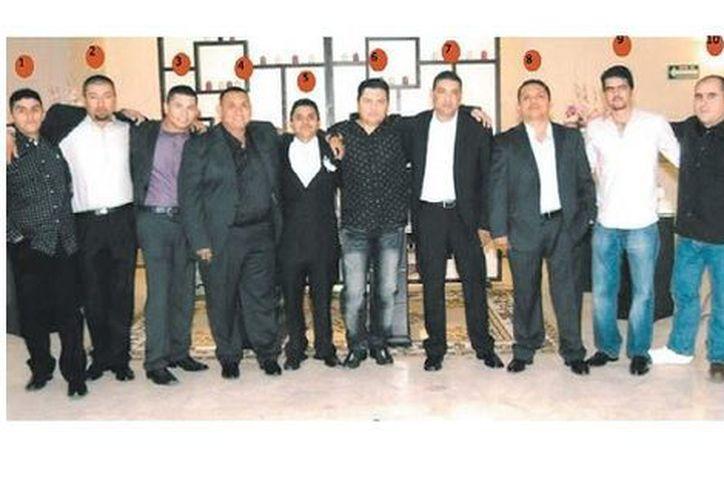 El detenido el jueves (6) posa junto a otros capos zetas en una imagen de 2010 de los que 'El Pinky' (3), 'El Z42' (4), 'El Ardilla' (5), 'La Rana' (7), 'El Z40' (8), 'El Amarillo' (9) ya están presos, mientras que 'El Quemado', (1), 'El Comandante Gallo' (2) y 'El Pompín' (10) fueron abatidos en operativos federales. (Especial)