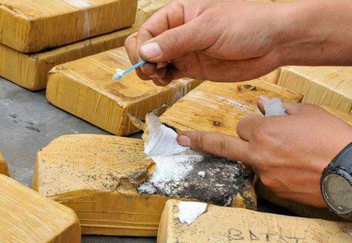 Detienen a nueve personas, entre ellas un coronel, un mayor y un cabo de policía, durante el decomiso de un cargamento de cocaína. (larepublica.pe)