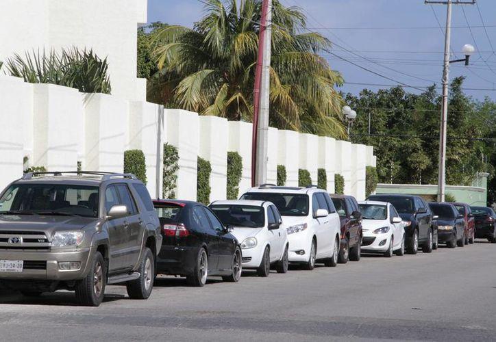 Los automóviles de quienes llegan a los restaurantes de la zona son estacionados en calles interiores o frente a las casas de la Supermanzana 17. (Tomás Álvarez/SIPSE)