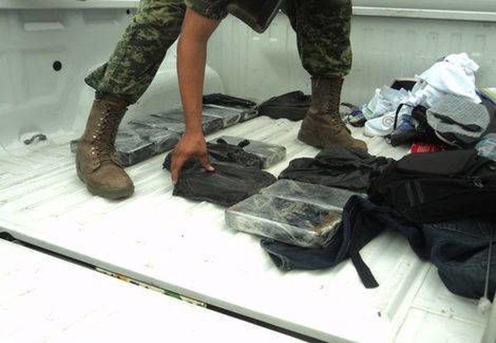 Además de la droga, a los 'federales' les confiscaron nueve teléfonos celulares, mil 284 dólares y 23 mil 843 pesos, así como el oficio de comisión. (Milenio)