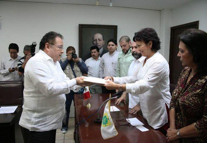 El consejero jurídico del gobierno estatal, Ernesto Herrera Novelo, entrega las iniciativas al Congreso. (SIPSE)