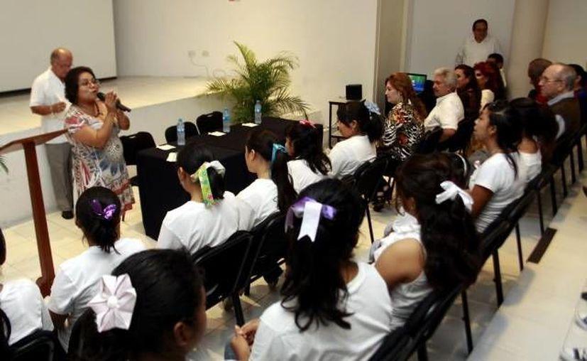 María de Jesús Ocaña Dorantes, fundadora de Casa Crisal, durante su tercer informe de actividades, en la Universidad Marista, en octubre de 2012. (SIPSE)