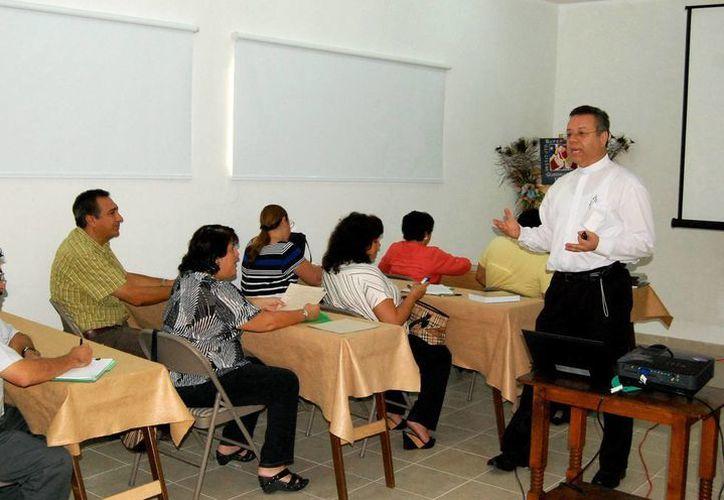 En el curso participan 40 personas y se imparte en el Centro Guadalupano. (Milenio Novedades)