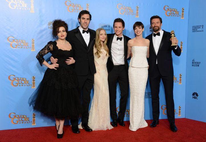 """Helena Bonham Carter, Sacha Baron Cohen, Amanda Seyfried, Eddie Redmayne, Anne Hathaway y Hugh Jackman posan por su premio a Mejor Musical por """"Les Miserables"""". (Agencias)"""