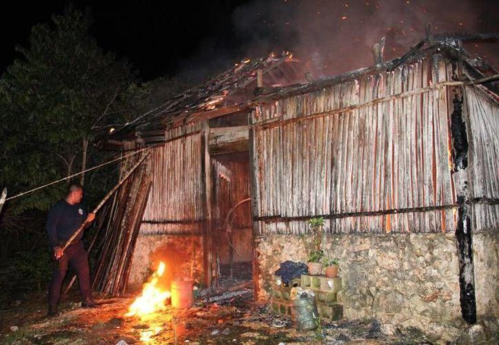 El fuego consumió en su totalidad la vivienda. (Redacción/SIPSE)