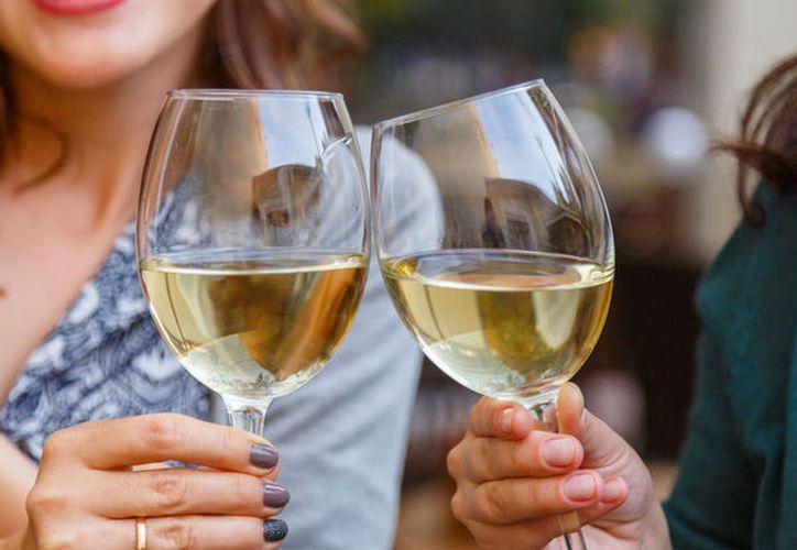 Una copa de vino tinto no te hará daño, pero no te dejará bajar de peso. (Foto: Contexto)