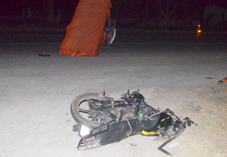 El mototaxi quedó partido en dos, luego del impacto que recibió de un Volkswagen frente al fraccionamiento Villas de Oriente. (Milenio Novedades)
