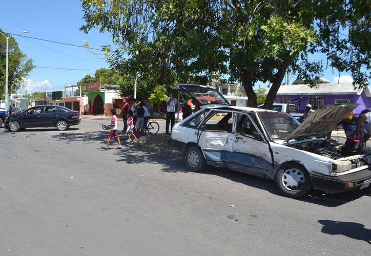 Los conductores de los vehículos fueron puestos a disposición de las autoridades. (Foto: Redacción/SIPSE).