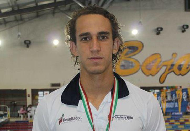 El joven atleta pretende ser parte de la selección nacional de natación. (Ángel Mazariego/SIPSE)
