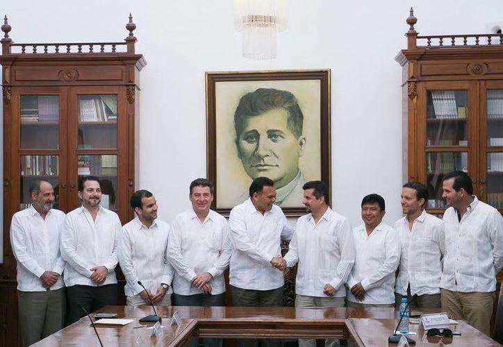 El gobernador Rolando Zapata (centro) estará presente este martes en la Sesión extraordinaria del Consejo de Pesca y Acuacultura Sustentables del Estado de Yucatán. (Milenio Novedades)