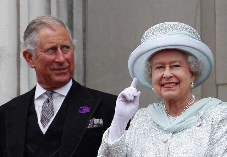 El Príncipe Carlos, quien en esta foto aparece junto a la Reina Isabel, viajará a México para reunirse con el presidente Enrique Peña Nieto. (elnuevodia.com)