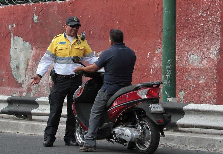 El uso de casco para motociclistas es una de las disposiciones que el gobierno del DF y del Estado de México buscarán implementar, a fin de evitar más muertes en los  accidentes de tránsito. (Archivo/Notimex)