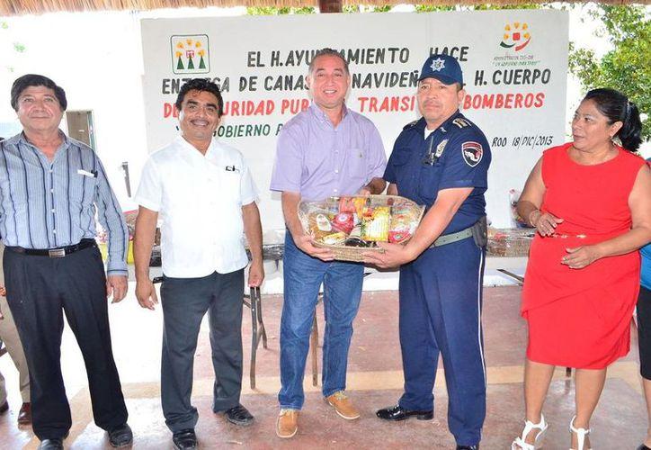 La entrega de canastas se llevó a cabo en el local del sindicato de trabajadores del Ayuntamiento. (Cortesía/SIPSE)