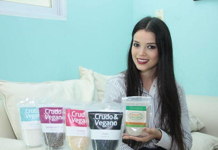 Alhely Fallah Aguilar (foto), nutrióloga, y su compañera  Franchesca Caffagni Rosado, graduada en empresa, dan forma a la empresa de los productos Crudo & Vegano. (José Acosta/SIPSE)