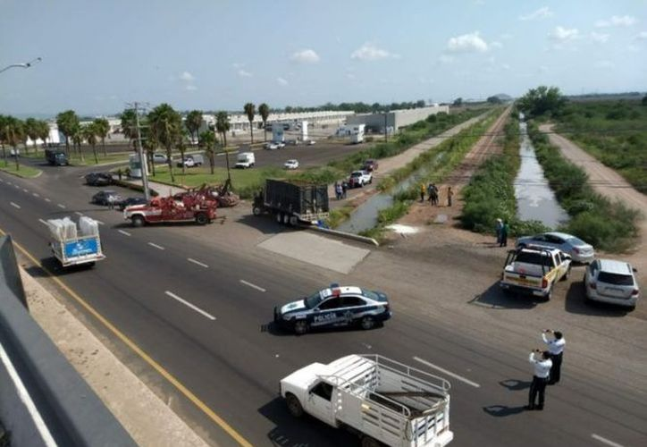 Un camión que transportaba fertilizante volcó y derramó su contenido en un canal de riego, en Los Mochis, Sinaloa. (seunonoticias.mx)