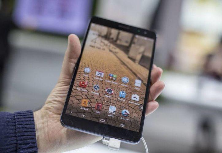 De acuerdo con el Amipci, el 50 por ciento de las personas que, en México, se conectan a internet lo hacen a través de un dispositivo móvil. (Foto de contexto/NTX)