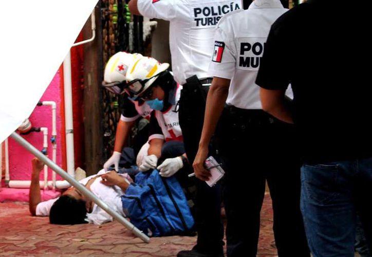 Producto de esta agresión quedó tirado sobre el piso y fue casi 15 minutos después que arribó una ambulancia de la Cruz Roja. (Cortesía)