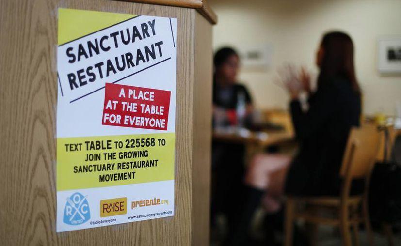 Imagen que muestra un cartel en el Russell Street Deli, restaurante santuario de Detroit. (AP/Paul Sancya)