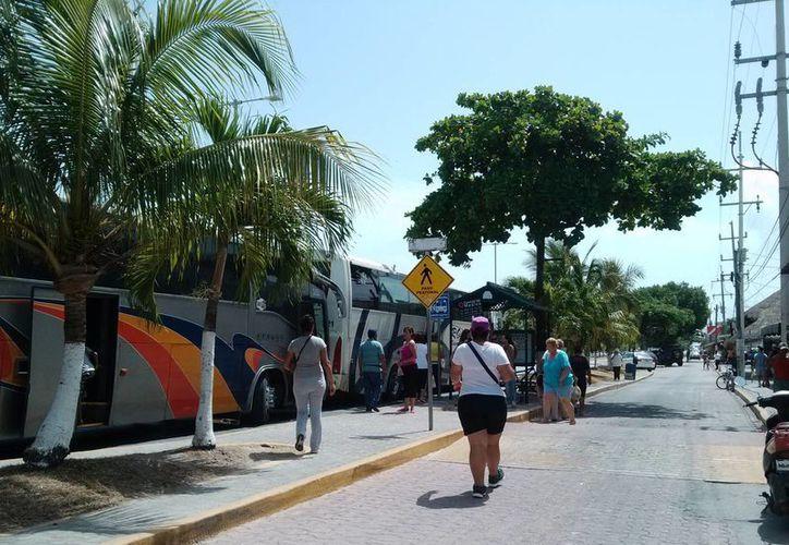 Muchos de los visitantes que llegan a Tulum en autobuses sólo van de paso, por lo que no dejan una derrama económica significativa. (Rossy López/SIPSE)