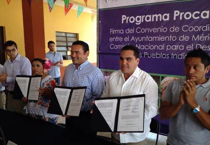 El alcalde de Mérida, Renán Barrera Concha, y el el titular de la CDI, Jesús Vidal Peniche, con los convenios firmados. (SIPSE)