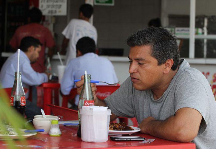 La Dirección de Salud hará revisiones y recomendaciones sanitarias a puestos de comida que autorizó Mauricio Góngora. (Adrián Barreto/SIPSE)