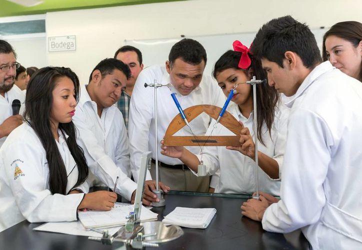 El mandatario estuvo atento a la explicación de una joven en el laboratorio multidisciplinario de la Conalep. (Milenio Novedades)