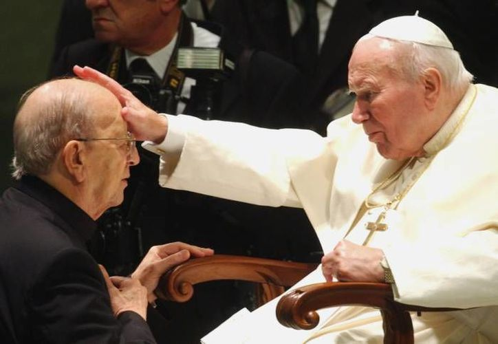 Marcial Maciel al recibir la bendición del Papa Juan Pablo. (Agencias/Foto de archivo)
