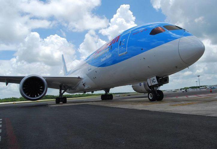 Este novedoso avión tiene capacidad para 300 personas, lo que incrementará la afluencia de turismo británico hacia Cancún. (Tomás Álvarez/SIPSE)