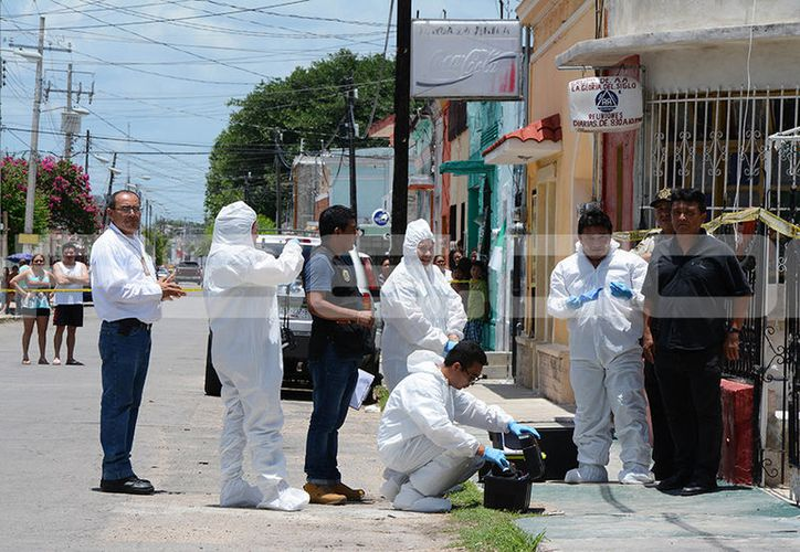 Personal del Semefo acudió al sitio para levantar el cadáver. (Victoria González/SIPSE)