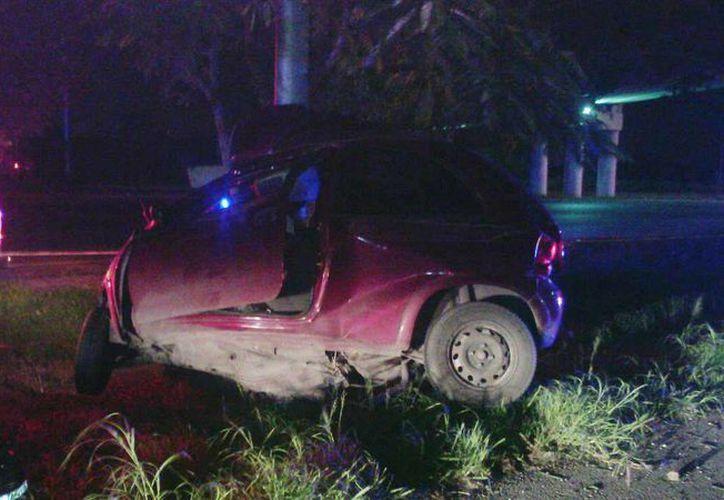 La automovilista Lilia Ivette Godoy Magaña perdió la vida esta madrugada al accidentarse en el Periférico de Mérida. (Fotos: Carlos Navarrete/SIPSE)