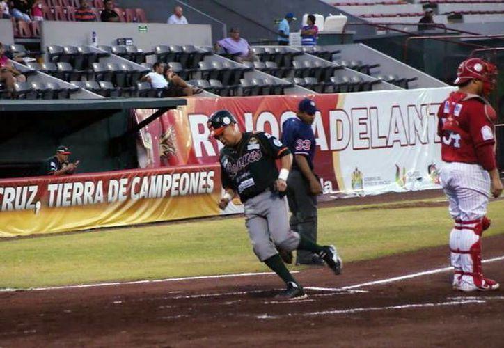 Héctor Páez anotó la segunda carrera de los melenudos, que sería a la postre la del remache. (SIPSE)