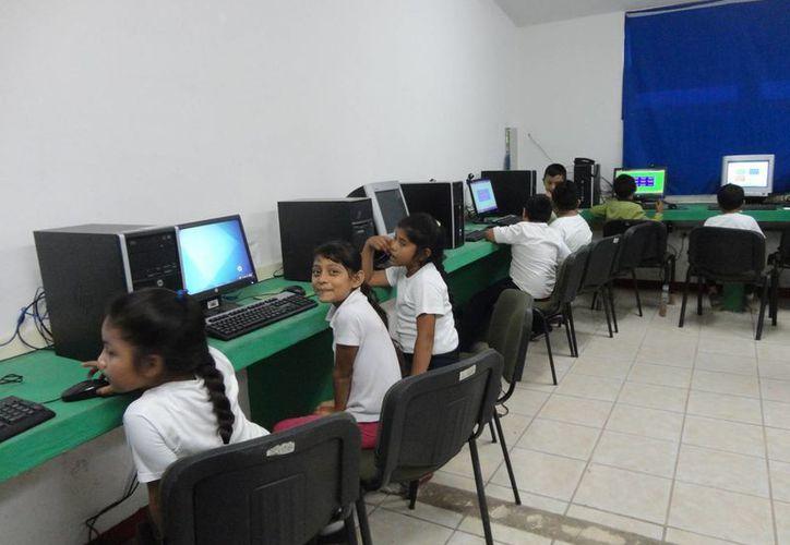 Los 10 equipos de última tecnología, no son suficientes para los 562 alumnos de la primaria Solidaridad. (Harold Alcocer/SIPSE)